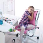 Všimněte si, že tato židle podpírá mladou slečnu už v oblasti bederní páteře.