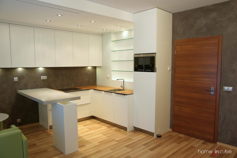 Kuchyň je vyrobená na míru prostoru. Bílá barva je do malých prostor ideální.