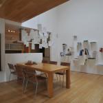 Jídelní stůl logicky navazuje na kuchyň. Zvýrazněn je lampou Zettel od Ingo Maurera.