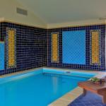 Také stěny domácího bazénu jsou obloženy ručně vyrobenými obklady, převažuje obklad Azul brilliante.