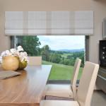 Už od začátku bylo umístění stolu se židlemi (Rolf Benz) známé, proto tu architekti navrhli okno bez příčlí, kterým je vidět překrásný výhled do okolní přírody CHKO.
