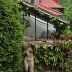 Zahradu zdobí i několik soch.