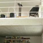 Stropní konstrukce z pohledového betonu odděluje atelier a společenský prostor. Použitý materiál je v souladu s fasádou domu.