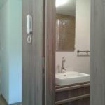 Také do koupelny vnesla architektka přírodní prostředí a použila zde masivní dřevo.