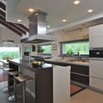 Kuchyň od firmy Brick je kombinací světlého laku a dřeva. Vybavení poskytuje maximální komfort při vaření.