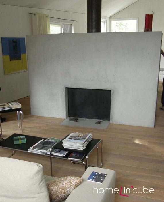 V otevřeném střešním prostoru vznikla místnost, kterou majitel rozdělil betonovou stěnou s krbovou vložkou. Nechybí ocelové doplňky.