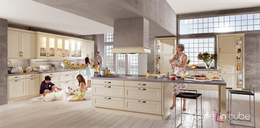 Středový varný ostrůvek přecházející v jídelní stůl, množství úložných skříněk i prosklených, vysoké skříně sloužící jako kredenc, to vše a mnohem víc nabízí kuchyň Lucca618 značky Nobilia.