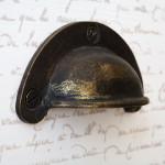 Jean Paul má kovové úchytky opatřené patinou původních časů.