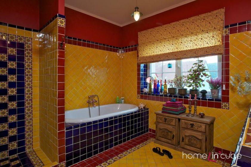 Keramická dlažba je vyráběna v Mexiku zpravidla ručně. Pestrá barevnost odpovídá tamním zvykům.