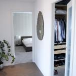 Jedna z místností byla proměněna v prostornou šatnu.