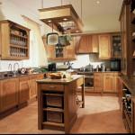 Kuchyň v koloniálním stylu staré Anglie je z patinovaného masivního dubu, který má evokovat exotické meranti v kombinaci s javorovou kořenicí.