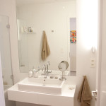 Do malé koupelny jsou ideální světlé odstíny.