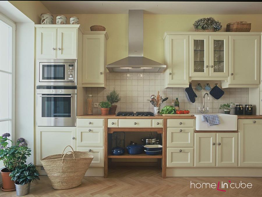V příjemném smetanovém ladění je kuchyň Anglie Wels z dubového dřeva opatřeného krycím ručním nátěrem.