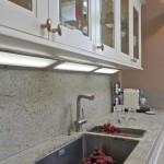 Kuchyňskou desku je možné prodloužit i mezi horní a spodní skříňky.