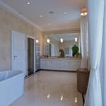 Dokonalý vzhled koupelny dotvoří shodný obklad i dlažba. Zvláště když použijeme přírodní kámen.