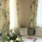 Malý pokoj s výhledem do zahrady a na terasu, kde se dobře čte a odpočívá.