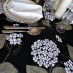 Slavnostní stolování v černém.