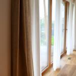 Současná velká okna je možné řešit i netradičním rozmístěním závěsů odpovídající modernímu používání v návaznosti na celý prostor.