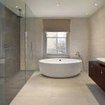 Místo klasické sprchové vaničky můžete ve sprchovém koutě použít dlažbu. Nebudete limitováni rozměrem, jen nesmíte zapomenout na lehký sklon, aby voda snadno odtékala.