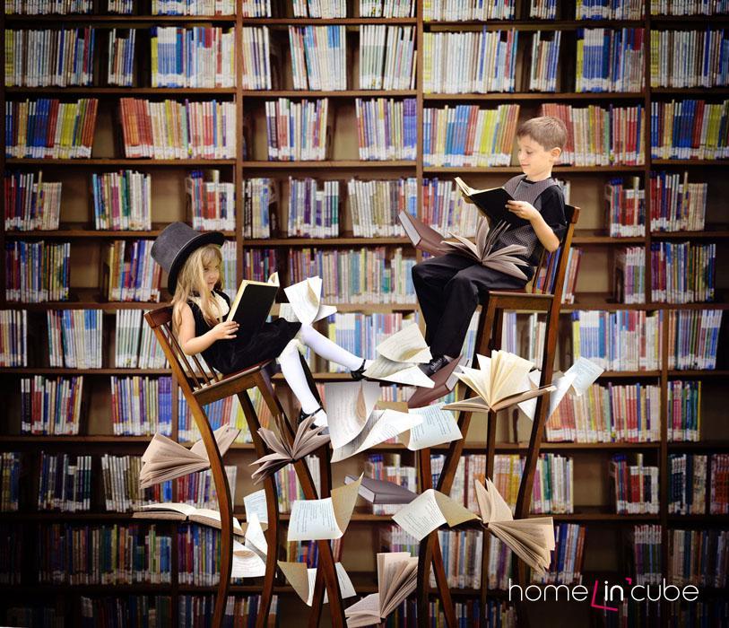 Knihovna obepínající celou zeď je zároveň nevšedním interiérovým doplňkem.