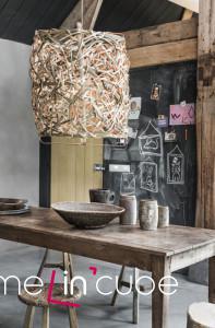 Lampa se stínítkem z přírodních materiálů je přesně to, co vytvoří dotek přírody ve vašem domově. Couleur locale.