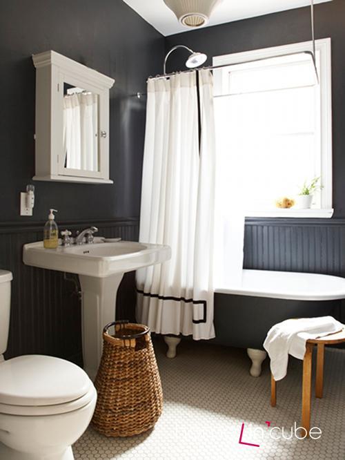 Sjednotíte-li barvu stěn s odstínem vany, pak bude prostor působit jednotnějším dojmem.