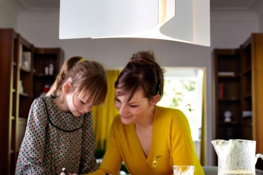 Nad jídelní stůl hledejte světla, u nichž můžete měnit délku závěsu
