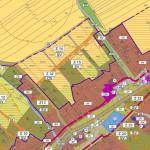 Výřez hlavního výkresu územního plánu obce s hranicí zastavěného území (plná fialová čára) a zastavitelného (čárkovaná fialová čára)