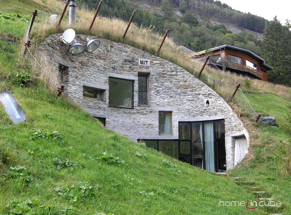 Dům je koncipován tak, aby v území splýval s přírodou.