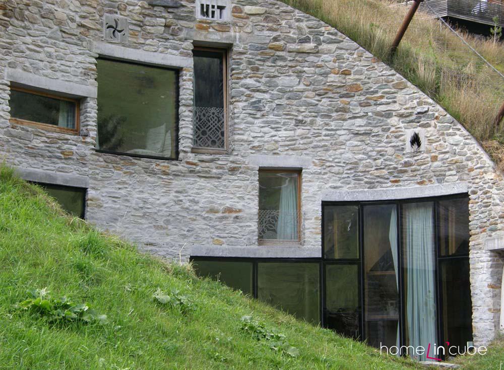 Detail fasády, prostorová architektonická koncepce vnitřních prostor, prokreslující se na venkovní kompoziční řešení fasády.