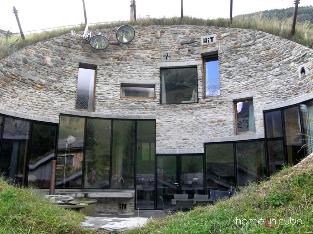 Hlavní celkový pohled fasády, téměř rozvinutý pohled, viditelná celková kompozice prosklených ploch.