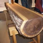 Na mezinárodní výstavě nábytku v Kolíně nad Rýnem bylo běžné vidět v moderních kuchyních například stůl vyrobený z kmene stromu.