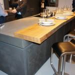 Barový pult z kusu dřeva, opracovaného minimálně, jen opatřeného povrchovou úpravou proti poškození.