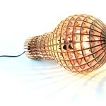 Zvětšeniny jsou v módě, a aby to nebylo tak jednoduché, překvapí třeba svou strukturou. Wooden Bulb Lamp, vyrábí Suck UK.