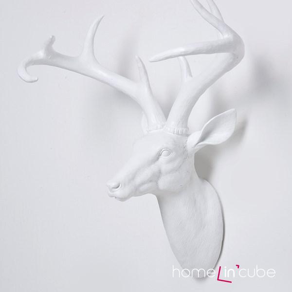 Závěsná dekorace ve tvaru hlavy jelena typu 18_kare je zhotovena z materiálu polyresin.
