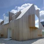 Dům se sedlovou střechou má jednotný povrch, je celý řešen v jednotném materiálu. Na stěnách i střeše jsou osazeny vikýře kubických tvarů s okny bez viditelných rámů.