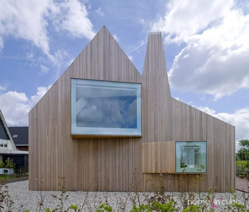 Plocha sedlové střechy domu přechází pouhým zalomením do štítové střechy.