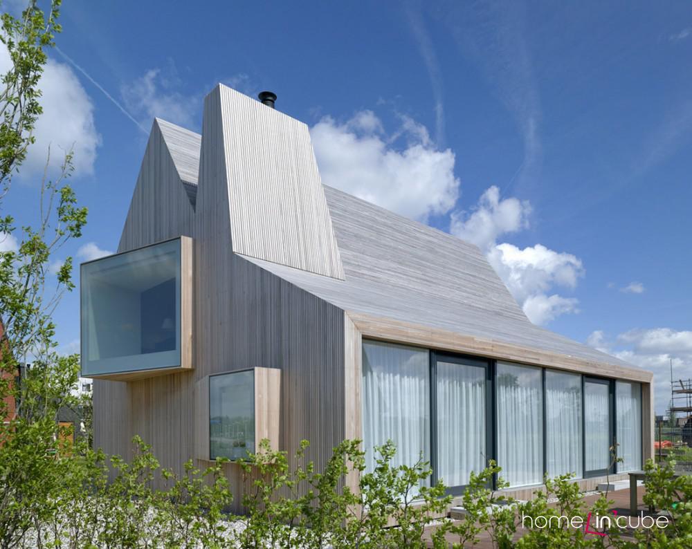 Povrchy stěn, střechy i vystupujících arkýřů a komínu jsou řešeny ve stejném provedení.