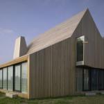Jednotný povrch částí domu dává vyniknout jeho hmotovému řešení.