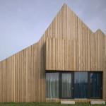 Kompozice jednotlivých stěn domu je založena na jejich prolamování okenními otvory a vysunutými šikmými arkýři.