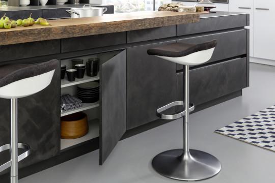 Volně stojící pracovní ostrůvek provozně a vizuálně odděluje kuchyňský kout od obytného prostoru.
