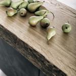 Na ostrůvku kuchyně je umístěna silná dřevěná pracovní deska typ 2A_254-493-MO06-100-192-j14 s odpovídající dostatečnou povrchovou úpravou.