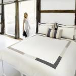 Hrubě opracované dřevo v interiéru působí výrazně, je třeba ho sladit s celkovým řešením.