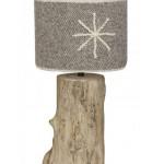 Stolní lampa typ 6_circaete_adjao_1 má netradiční stojan z naplaveného dřeva a stínítko z hrubě tkané látky. Vytváří tak v interieru útulné intimní prostředí.