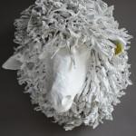 Závěsná dekorace ve tvaru hlavy ovečky typu 7_maria je zhotovena ze speciálního materiálu, jehož hlavní složku tvoří papír
