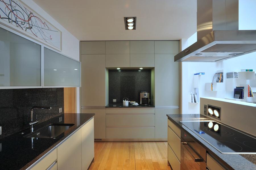 Nevýrazné barevné ladění kuchyňského prostoru se původně majiteli nepozdávalo. Nakonec je s ním velmi spokojen. Dozdobil ho ještě obrazem Zdenka Sýkory.