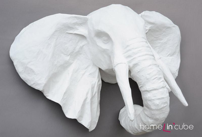 Závěsná dekorace ve tvaru hlavy slona Cecile typu 8_maria je zhotovena ze speciálního materiálu, jehož hlavní složku tvoří papír