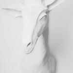 Dekorace ve tvaru hlavy žirafy Elisabeth typu 9 je vyrobena ze speciálního materiálu, jehož hlavní složku tvoří papír.