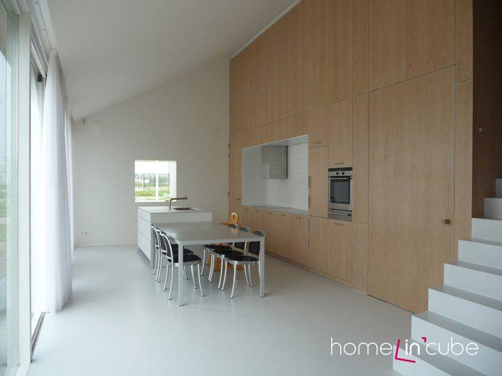 Střídmé a funkční jsou i vnitřní prostory domu. Převládají zde přímé linie a hladké plochy.