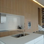 Všude v interiéru převládají jednoduché a střídmé tvary mobiliáře i ostatního vnitřního vybavení.
